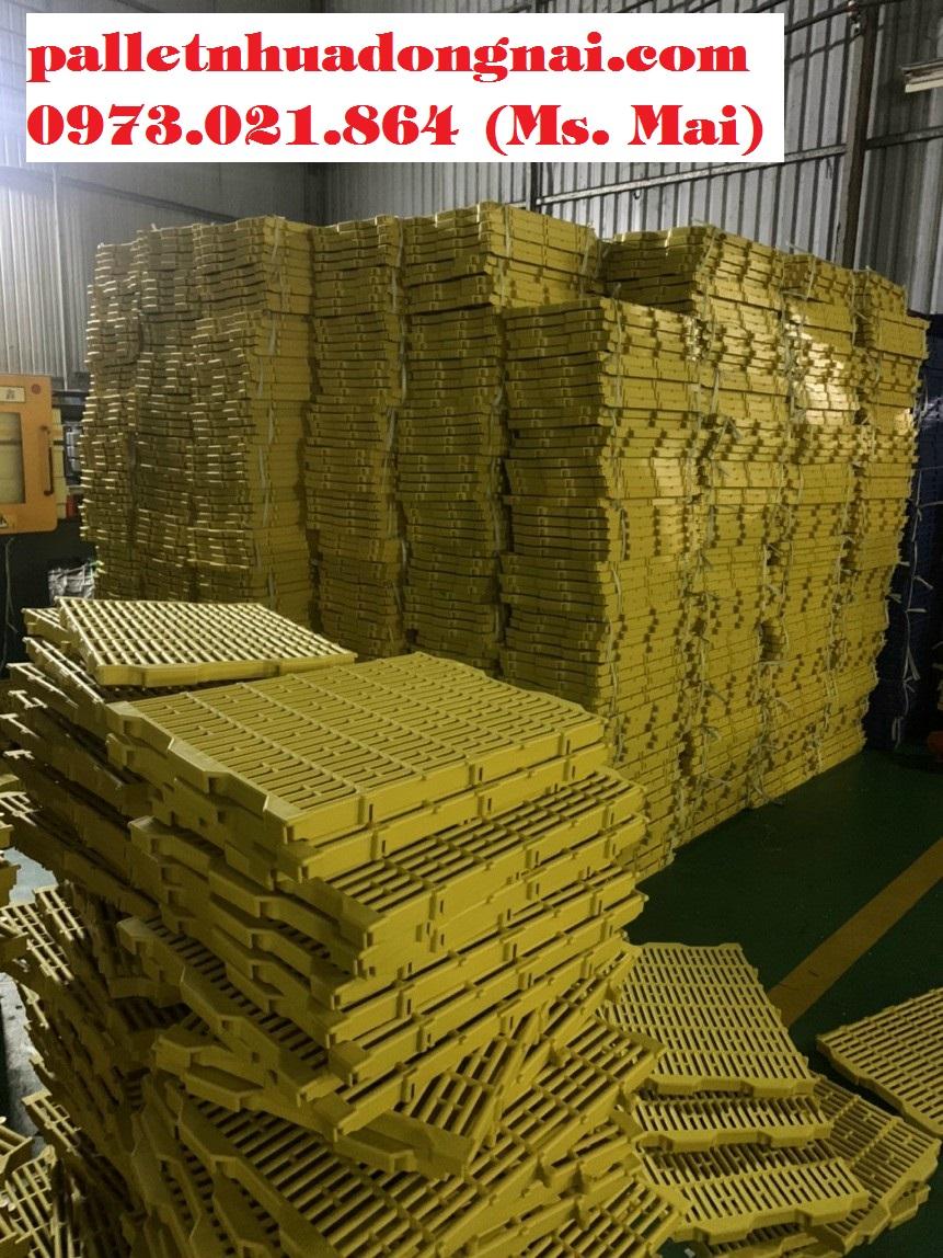 Tấm nhựa lót sàn chăn nuôi kt 40x55cm màu vàng